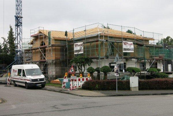 Wandfertigelemente und Dach montiert